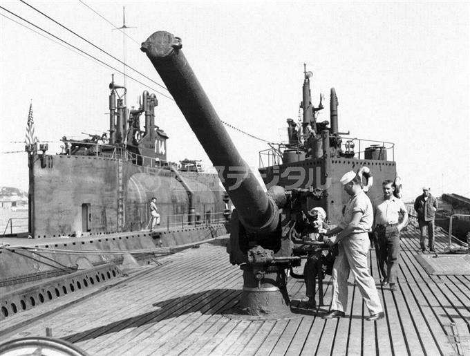 「伊401」の14センチ砲。米兵が操作しているのが主砲の40口径11年式14センチ単装砲。砲口には水密用の蓋がつけられている。左舷の艦は「伊14」
