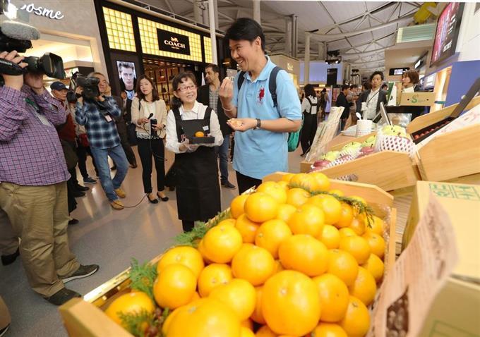 産経フォト出国審査後、果物買えます JTB、関空にオープンサイトナビゲーション出国審査後、果物買えます JTB、関空にオープンPR