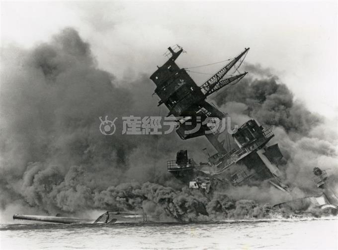 日本軍による真珠湾攻撃。炎上して沈没する戦艦「アリゾナ」=1941年12月7日(現地時間)