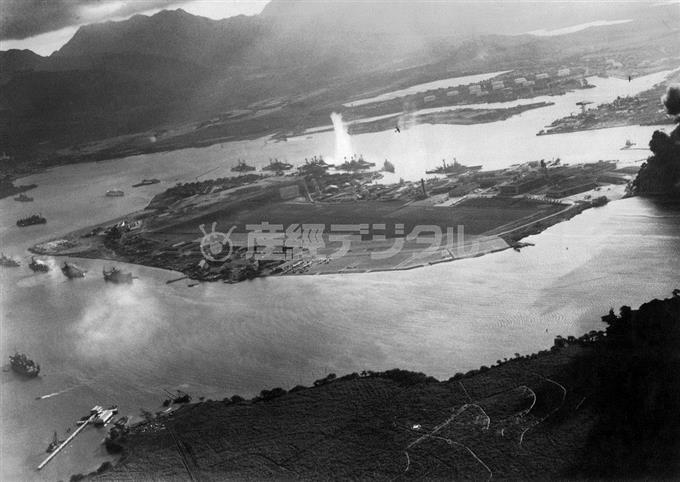日本軍による真珠湾攻撃。第一波攻撃隊の猛攻をうける米主力艦群。「オクラホマ」には魚雷命中の水柱が立ち上がっている=1941年12月7日(現地時間)