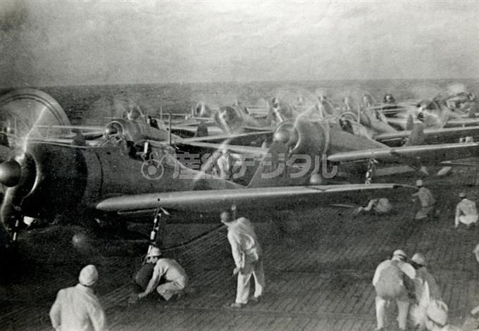 日本軍による真珠湾攻撃。空母「赤城」の飛行甲板に待機する艦上機=1941年12月8日(日本時間)