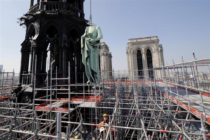 ノートルダム寺院で行われていた改修工事=11日、パリ(