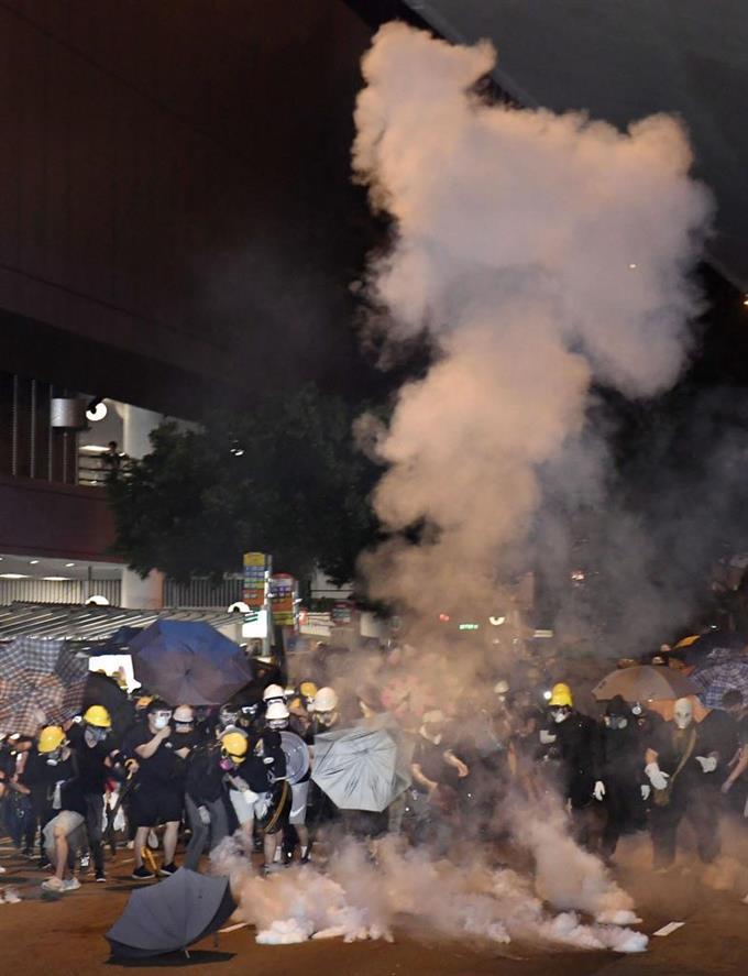 【香港大規模デモ】強制排除、催涙弾使用 中国政府メンツを潰され激怒「中央政府の権威に公然と挑戦する行為で、絶対に容認できない」