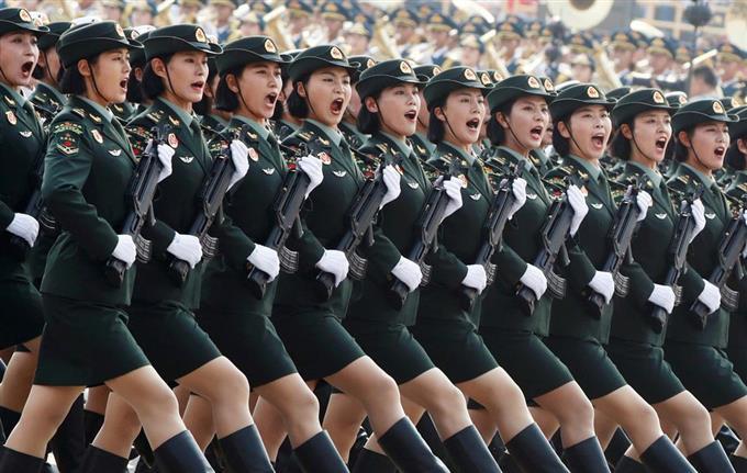 女性兵士、自動小銃手に一糸乱れぬ行進 中国建国70年軍事パレード ...