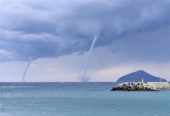 新島沖に2本の渦 伊豆諸島で竜巻発生 - サッと見ニュース - 産経フォト