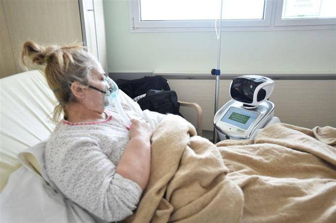 イタリア北部バレーゼの病院に導入された看護ロボット=1日(ロイター)