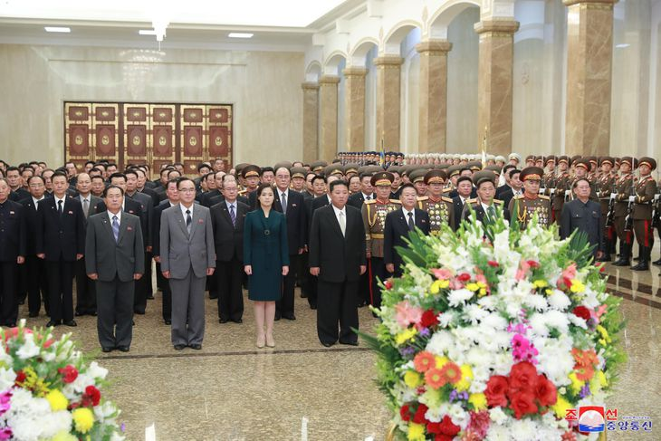 9日、北朝鮮・平壌の錦繡山太陽宮殿を訪れた金正恩氏(前列中央)(朝鮮中央通信=共同)