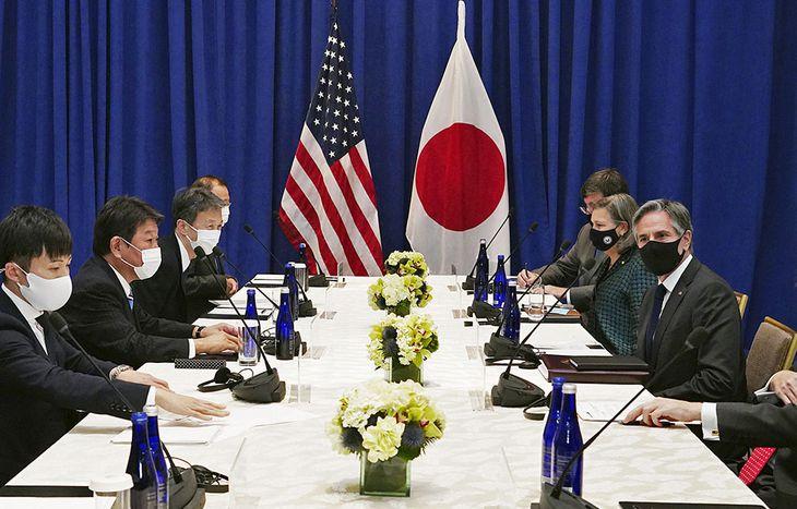 ブリンケン米国務長官(右手前)と会談する茂木外相(左から2人目)=22日、ニューヨーク(外務省提供・共同)
