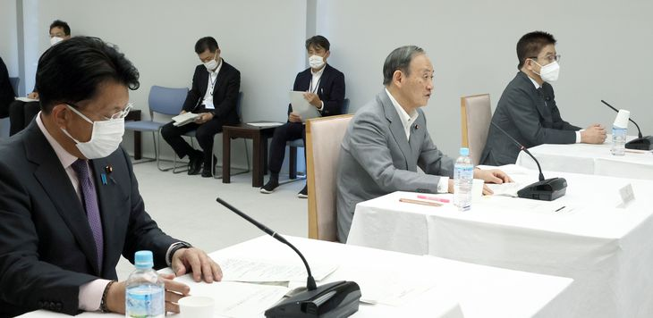 デジタル社会推進会議の初会合で発言する菅義偉首相(中央)=6日午後、首相官邸(春名中撮影)