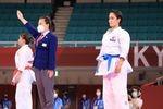 空手の女子形の決勝で破れ、銀メダルの清水希容(右)=日本武道館(撮影・松永渉平)
