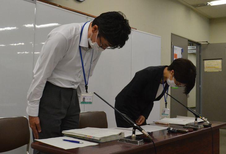 職員1109人の処分を発表し、頭を下げる米倉康博・人事課長(左)ら=大阪市役所
