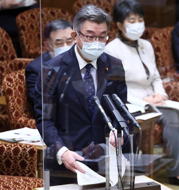 参院予算委員会で答弁する武田良太総務相=17日午前、第1委員会室(春名中撮影)