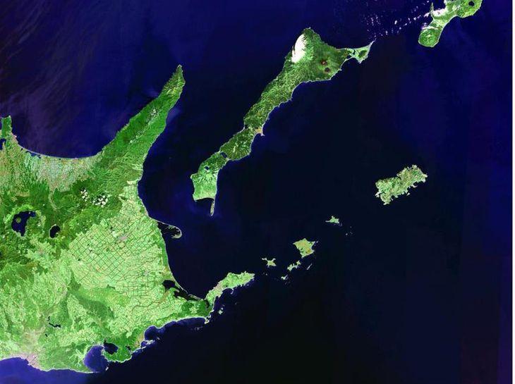衛星から撮影された北海道東部。右下から左へ色丹島、歯舞諸島。上中央は国後島、右上は択捉島の一部(Earth Satellite Corporation)