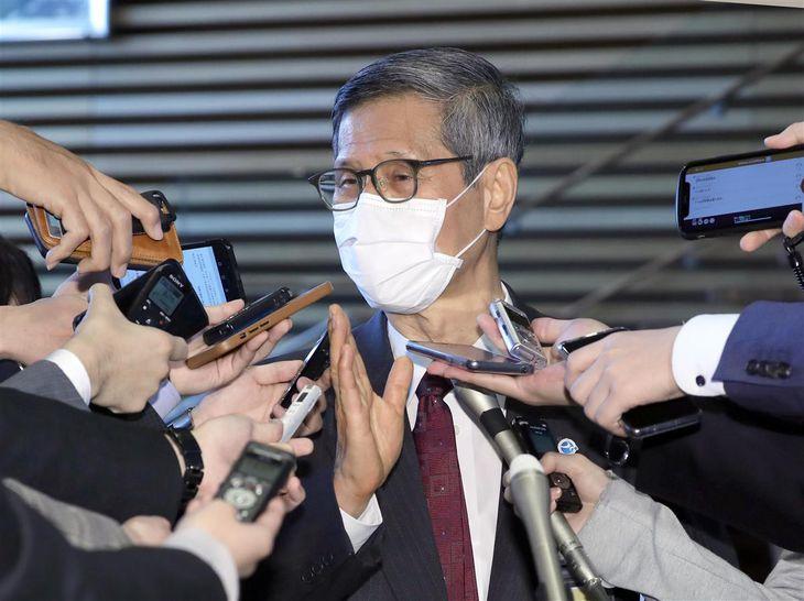菅義偉首相との会食後、記者団の取材に応じる新型コロナウイルス感染症対策分科会・尾身茂会長=3日午後、首相官邸(春名中撮影)