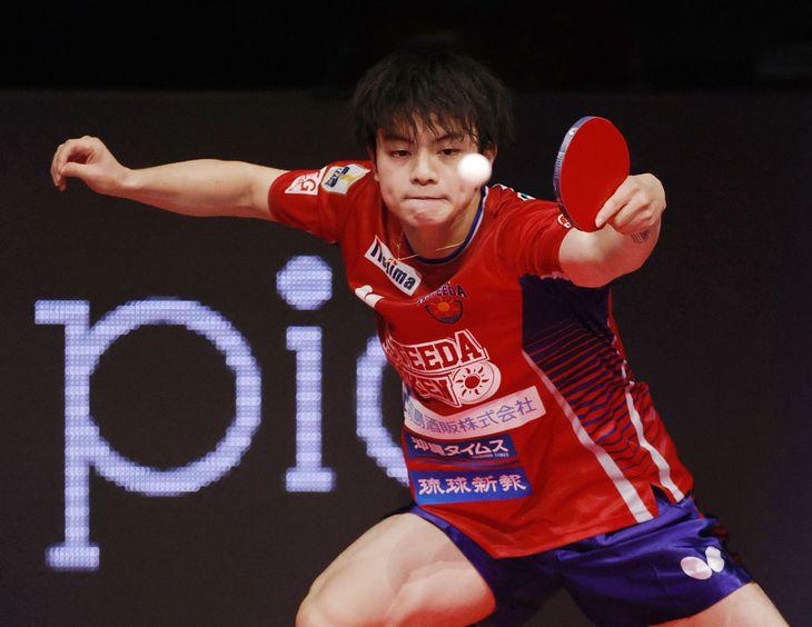【琉球―東京】第3試合のシングルスでプレーする琉球・宇田=大田区総合体育館