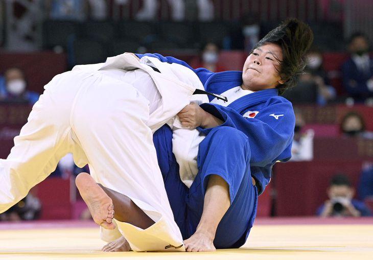 女子78キロ級決勝でフランスのマドレーヌ・マロンガを攻める浜田尚里(右)=日本武道館