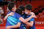 第4試合で水谷隼が勝利。銅メダルが決まり喜ぶ卓球日本男子チーム=6日、東京体育館(松永渉平撮影)