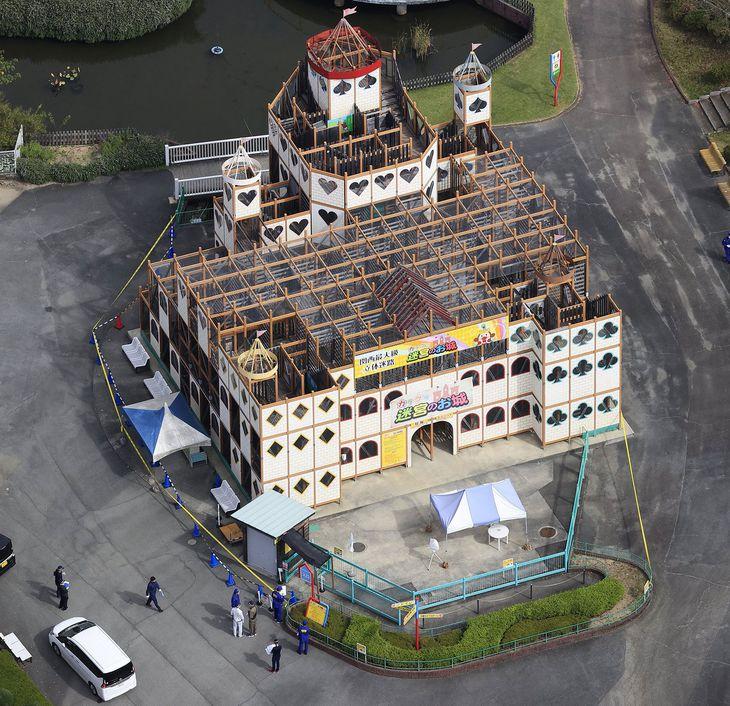 事故が起きた「東条湖おもちゃ王国」の立体迷路施設「カラクリ迷宮のお城」=11日午前、兵庫県加東市