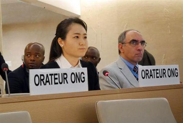 22日、スイス・ジュネーブの国連人権理事会で演説する名護市民の我那覇真子さん(左)=内藤泰朗撮影