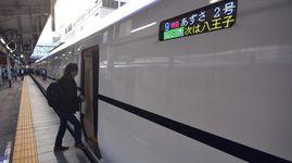 JR中央線の特急が運転を再開し、東京行きの「あずさ2号」に乗り込む乗客=28日午前7時40分ごろ、甲府駅(渡辺浩撮影)