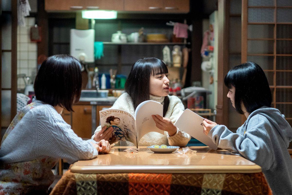 左から亜哉子(鈴木京香)、百音(清原果耶)、未知(蒔田彩珠) (C)NHK