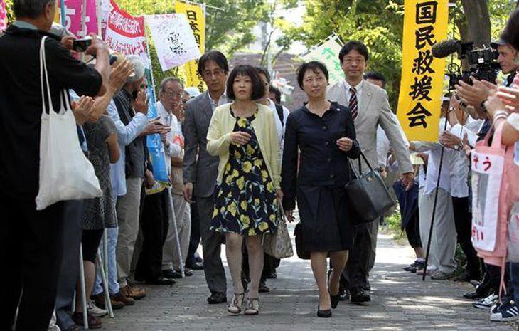 花柄ワンピースを着た青木恵子さん(中央左)が弁護団とともに大阪地裁に入る=10日午前、大阪市北区(前川純一郎撮影)