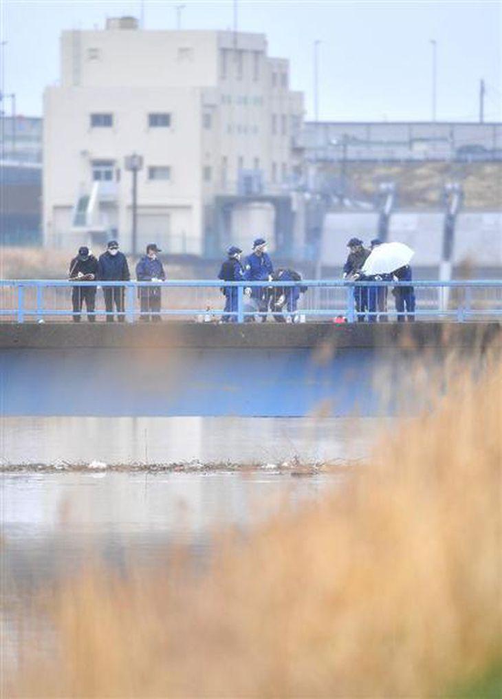 女児の遺体が発見された排水路付近を調べる千葉県警の捜査員ら=26日午後、千葉県我孫子市(宮崎瑞穂撮影)