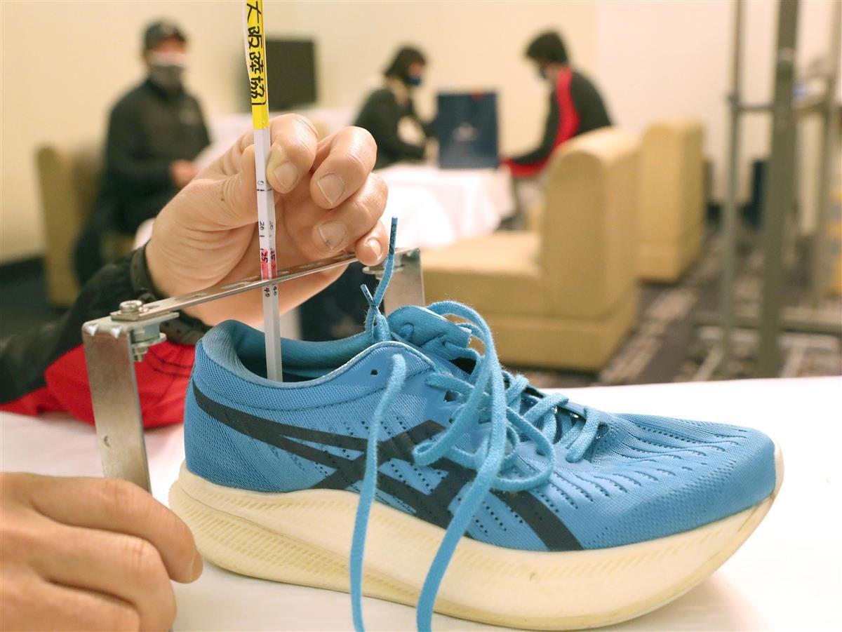 大会で使用されるシューズの靴底の厚さが測定された=29日午後、大阪市中央区のホテルニューオータニ大阪(鳥越瑞絵撮影)