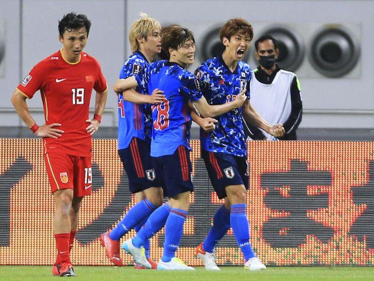日本―中国 前半、先制ゴールを決め、雄たけびを上げる大迫(右端)=ドーハ(AP=共同)