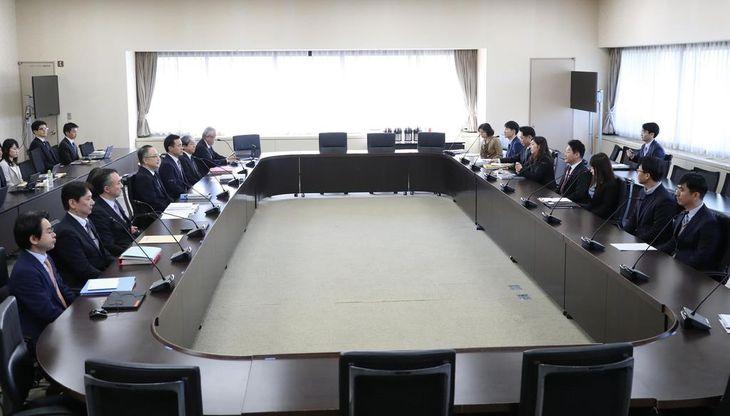 経産省で開かれた輸出規制を巡る日韓の局長級会合で、向かい合って座る日本の代表団(左側)と韓国の代表団=16日午前(代表撮影)