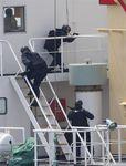 海上阻止訓練で「国籍不明船舶」に乗り込む海上自衛隊員=7月25日、房総半島南方海域(古厩正樹撮影)