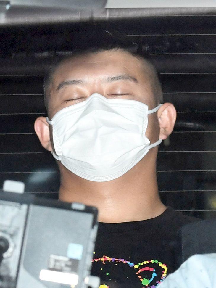 警視庁上野署に入る「チャイニーズドラゴン」幹部の趙成龍容疑者=6日午前11時10分、東京都台東区
