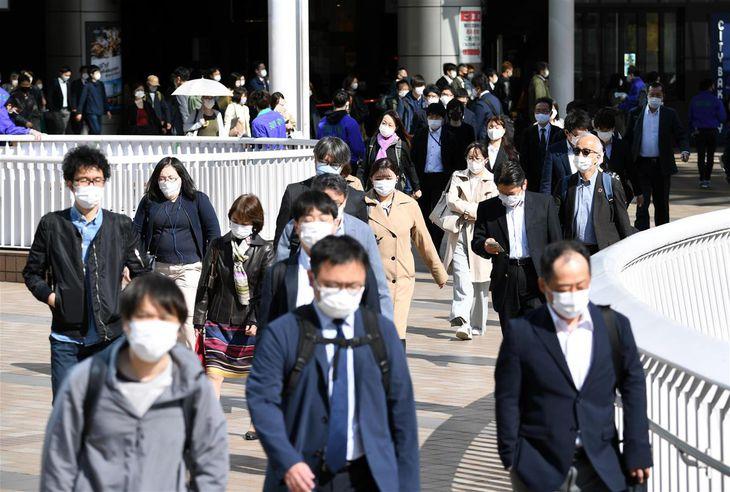 3度目の緊急事態宣言発令後、初めての平日を迎え、通勤で混雑する品川駅前=26日午前、東京都港区(鴨川一也撮影)