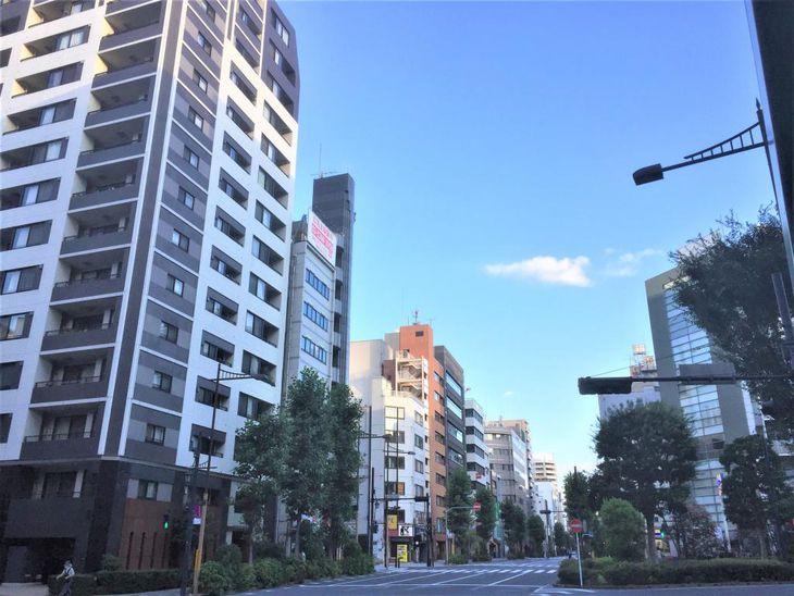 東京駅、大手町に徒歩圏内の東日本橋。ここ数年、中規模マンションの建設が続く=東京都中央区