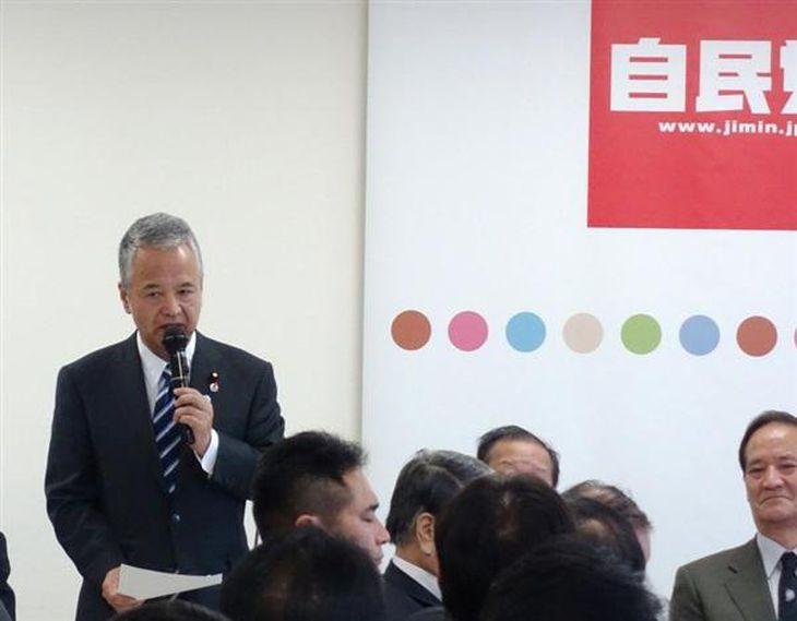 TPPの閣僚会合に関する議員説明会で交渉結果を報告する甘利明TPP担当相(左)=8日、東京都千代田区の自民党本部