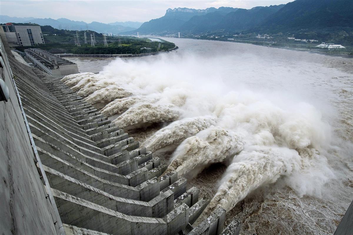 水位を下げるため放水する三峡ダム=19日、中国湖北省(新華社=共同)
