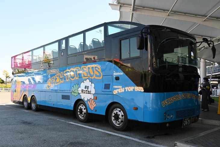 福岡空港を巡るツアーで使用されるバス