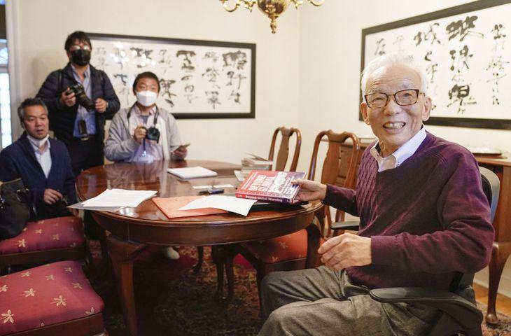 ノーベル物理学賞の受賞が決まり、米東部ニュージャージー州の自宅で取材に応じる真鍋淑郎さん=5日(AP)