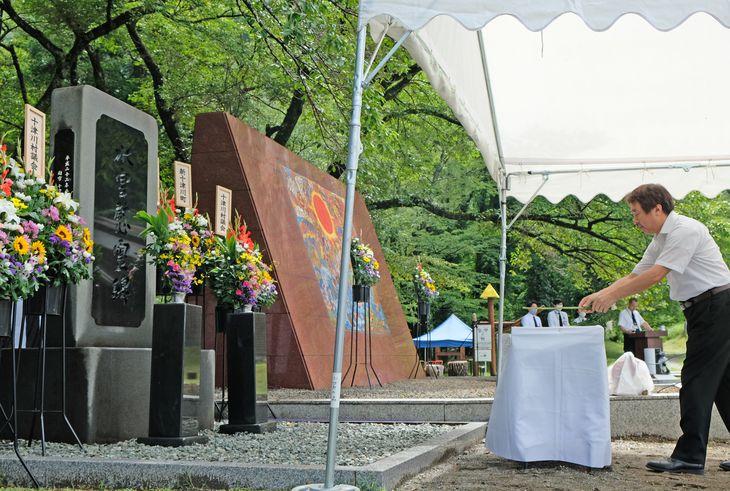 水害慰霊祭で犠牲者に献花する遺族=20日午前、奈良県十津川村(川西健士郎撮影)