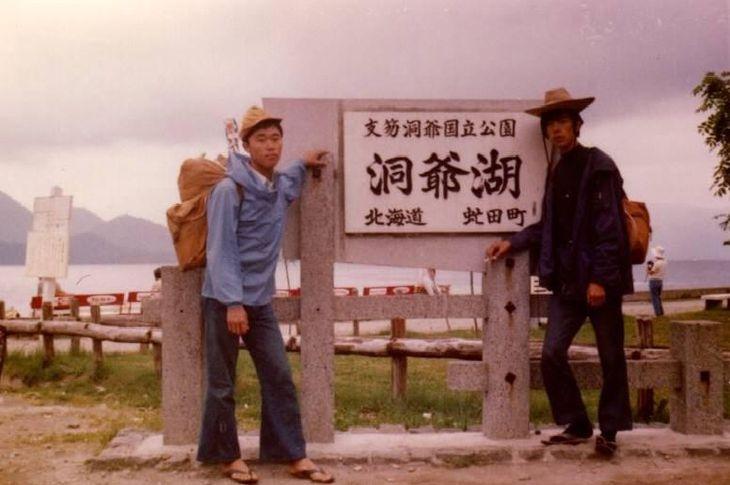 大学時代、幼なじみと北海道旅行に(右が本人)