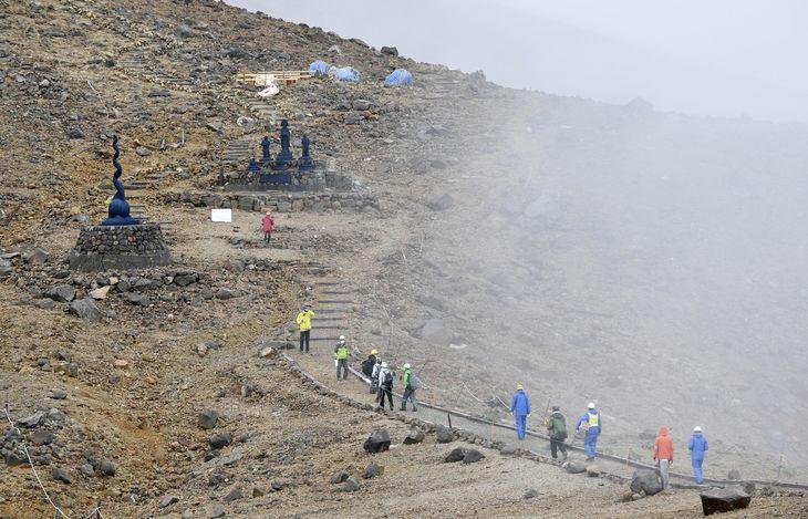 慰霊登山で、噴火後初めて御嶽山の「八丁ダルミ」へ向かう遺族ら=26日午前