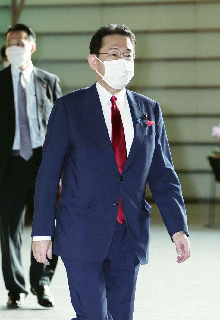 首相官邸に入る岸田首相=5日午前