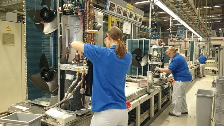 ヒートポンプ式暖房・給湯機器を製造するベルギーの工場(ダイキン工業提供)