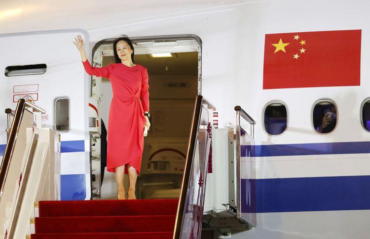 中国・深圳の空港に到着し、笑顔で手を振るファーウェイの孟晩舟・副会長兼最高財務責任者=25日(新華社=共同)