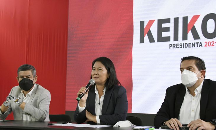 ペルー大統領選の決選投票を巡り、記者会見するケイコ・フジモリ氏(中央)=12日、リマ(共同)