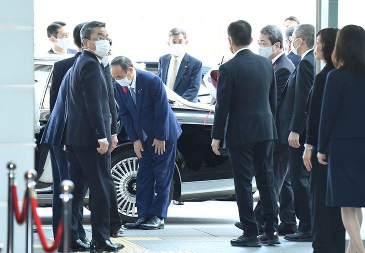 職員に見送られる中、官邸を去る菅義偉首相(中央) =4日午後0時34分、首相官邸(寺河内美奈撮影)