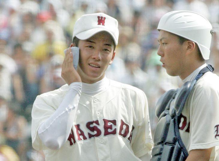 平成18年夏の全国高校野球の決勝で力投し、ハンカチで汗を拭う早実・斎藤佑樹投手=甲子園球場
