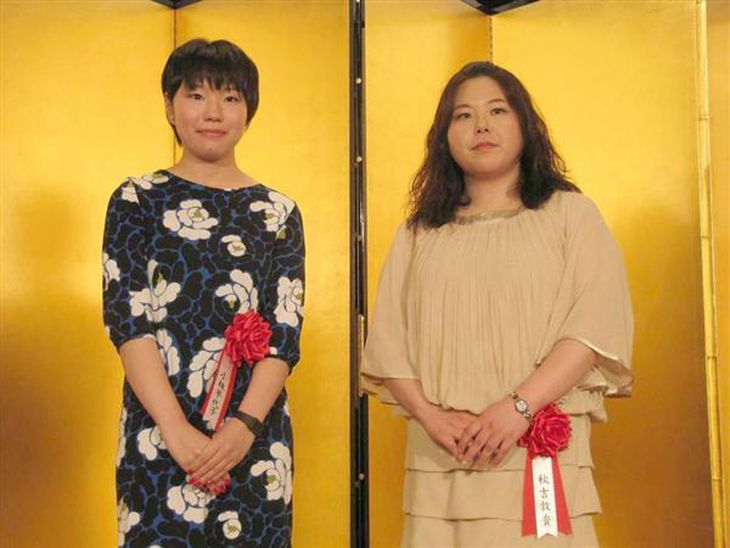 贈呈式で笑顔を見せる秋吉敦貴さん(右)と小林早代子さん(左)=東京都新宿区の京王プラザホテル