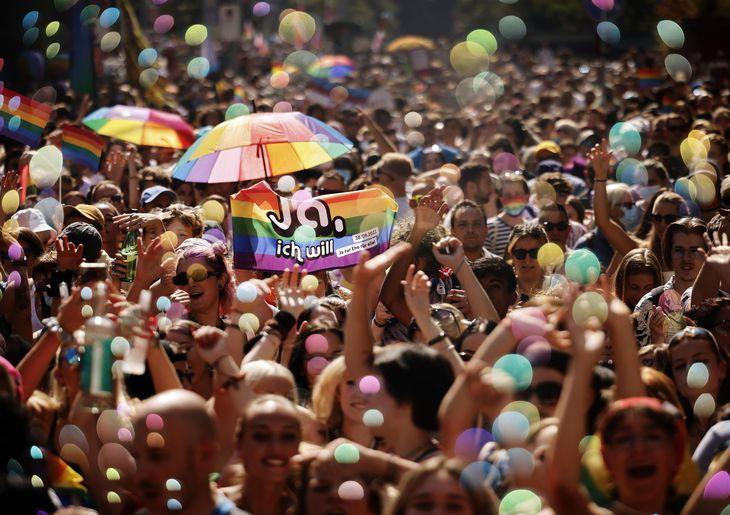 スイスのチューリヒで、同性婚の合法化を求めるパレードに参加した人々=4日(AP=共同)