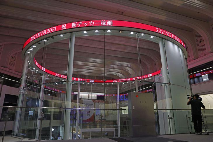 東京証券取引所の電光掲示板=東京・日本橋兜町
